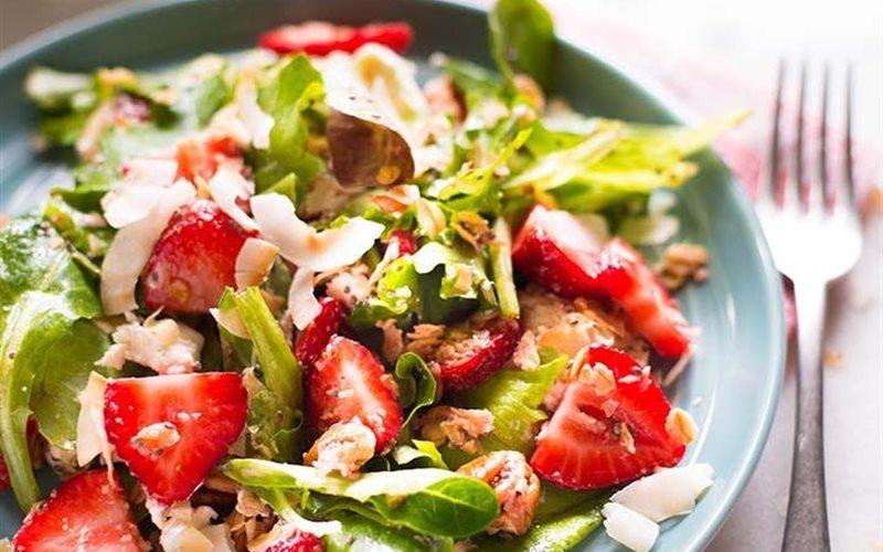 Cách làm Salad dâu tây sốt giấm hạt chia