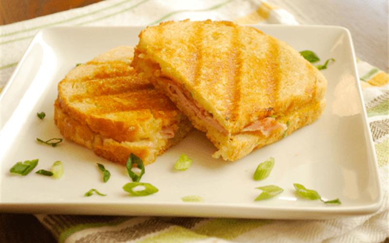 Cách làm Bánh mì kẹp thịt nguội áp chảo