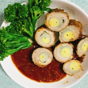 Bò cuộn trứng cút nướng sốt