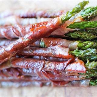 Cách làm Thịt xông khói cuộn măng tây áp chảo