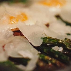 Măng tây cuộn thịt xông khói nướng trứng