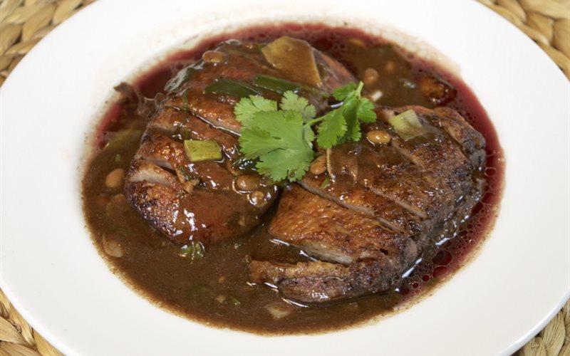 Cách làm vịt nướng Thái Lan với nước sốt ngọt - Ped Yaang