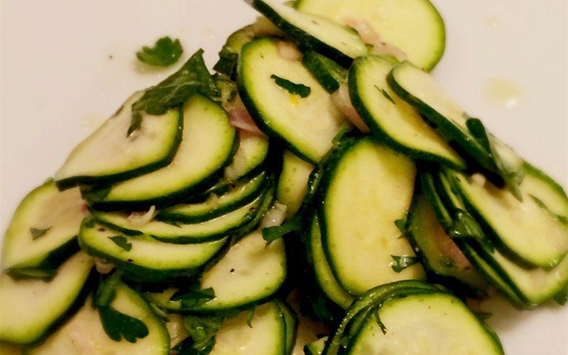 Cách làm salad bí ngòi tươi mát