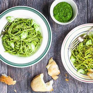 Cách làm Pasta trộn sốt Pesto cải xoăn