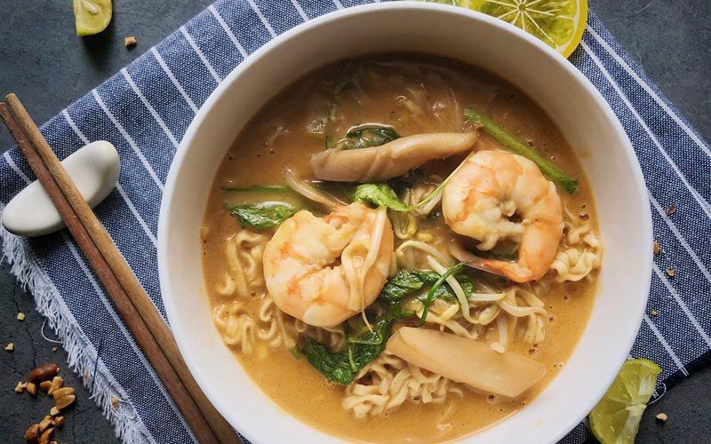 Cách làm Mì hải sản soup đậu phộng kiểu Thái