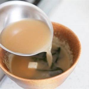 """Canh Miso đậu hũ <a href=""""https://www.rongbienhanquoc.net/san-pham.html"""" _fcksavedurl=""""https://www.rongbienhanquoc.net/san-pham.html"""">rong biển</a>"""