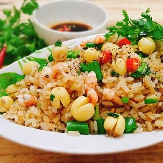 Cách làm Cơm gạo lứt chiên hạt sen