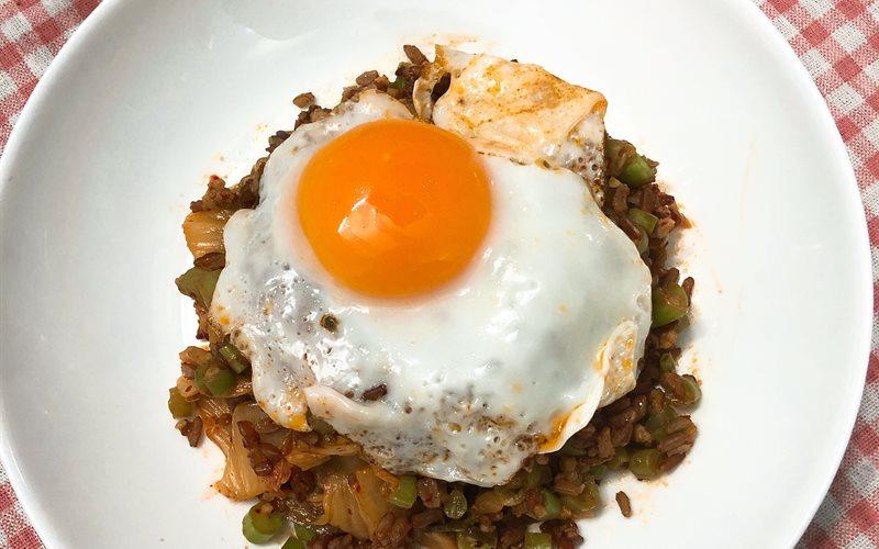 Cách làm Cơm gạo lứt chiên kimchi thịt băm đậu que