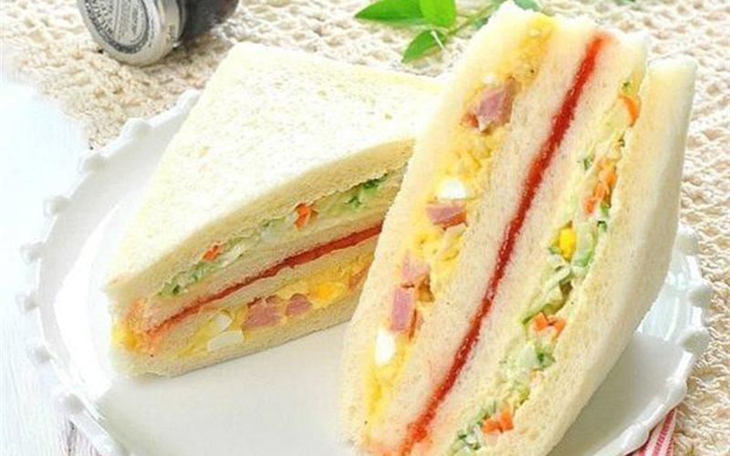Cách làm sandwich kẹp trứng xúc xích rau củ