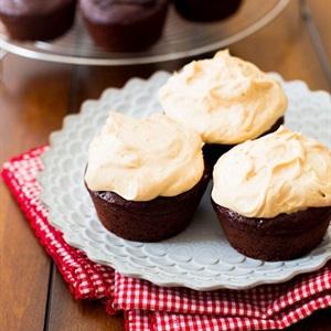 Kem bơ đậu phộng sữa chua phủ bánh cupcake