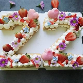 Cách làm Bánh quy kem trang trí dâu và hoa
