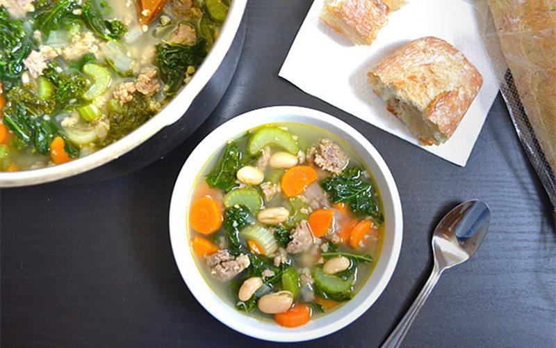 Cách nấu canh xúc xích rau củ