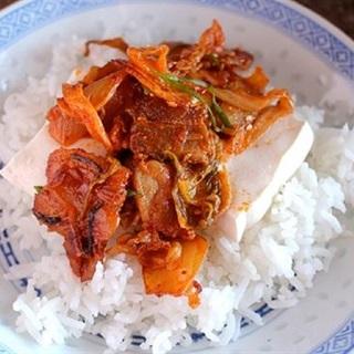 Cách làm kim chi xào thịt heo ăn kèm đậu hũ