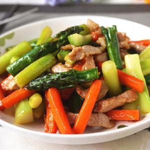 Măng tây xào thịt heo và cà rốt