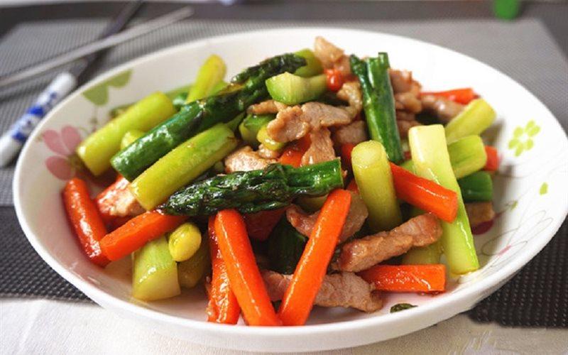 Cách làm măng tây xào thịt heo và cà rốt