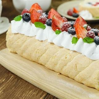 Cách làm Bánh bông lan cuộn trái cây charlotte