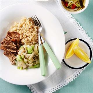 Cách làm cơm thịt bò ăn cùng nấm đùi gà xào xà lách