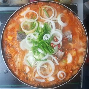 Canh kimchi cá ngừ
