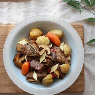 Cách làm sườn bò om rau củ nấm hương