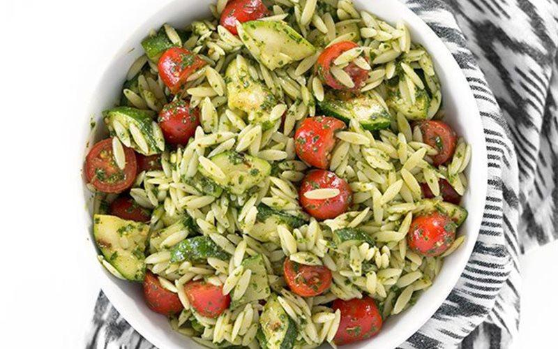 Cách làm salad bí ngòi orzo sốt chimichurri