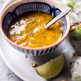 Cách làm Gỏi cuốn bơ rau củ và nước chấm kiểu Thái