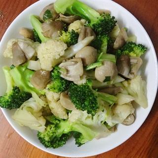 Cách làm Nấm rơm xào bông cải chay