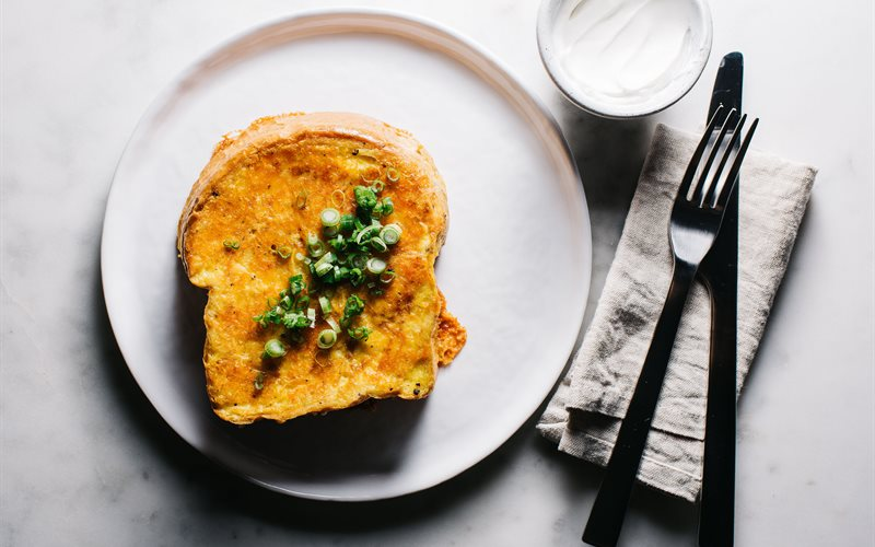 Cách làm Sandwich trứng phô mai chiên