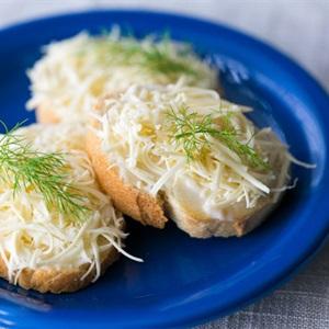 Bánh mì phết sốt mayo phô mai