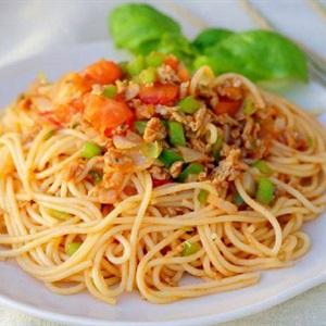 Mì ý xào thịt băm cà chua và rau củ