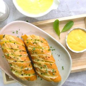 Bánh mì nướng phô mai sốt trứng muối