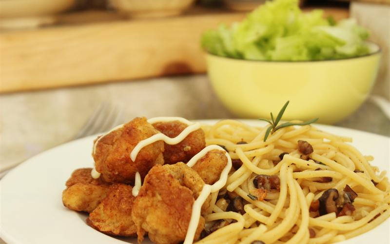Cách làm Mì Ý xào nấm gà viên chiên hương thảo