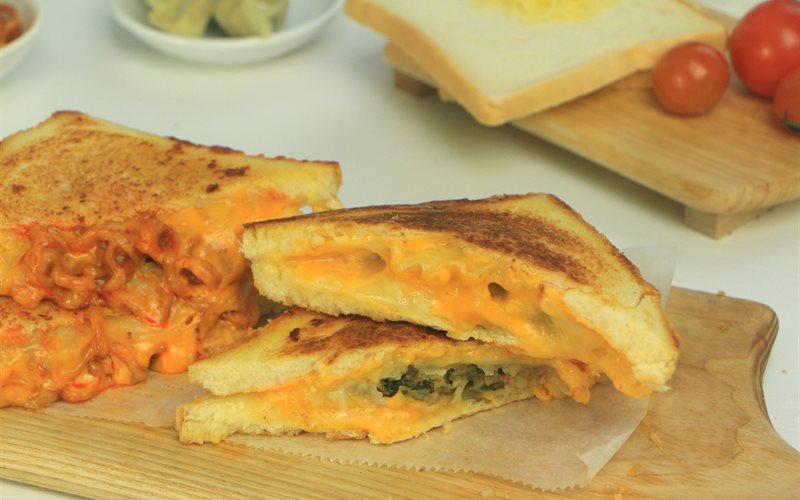 Cách làm Sandwich Mandu Phô Mai món ăn vặt cực hấp dẫn không thể bỏ qua