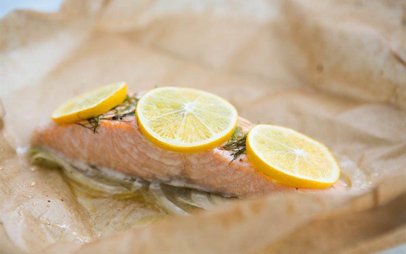 Cách làm Cá hồi bọc giấy nến nướng