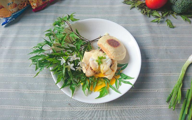 Cách làm Bánh mì eggs benedict với thịt ram