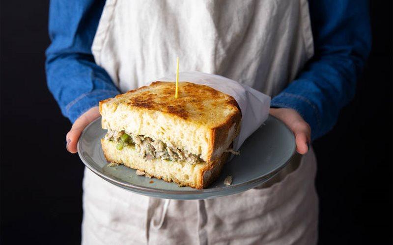 Cách làm Bánh mì kẹp salad cá ngừ chiên