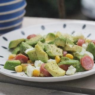 Cách làm salad trái bơ trứng xúc xích và bắp hột