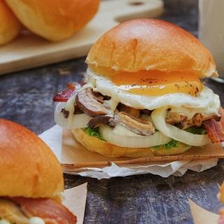 Cách làm Burger thịt xông khói và nấm