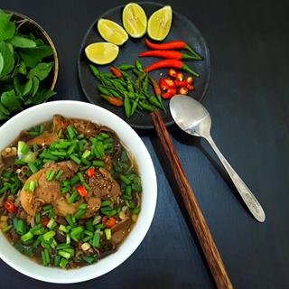 Cách nấu Bún Măng Giò Heo nóng hổi, thơm lừng siêu hấp dẫn