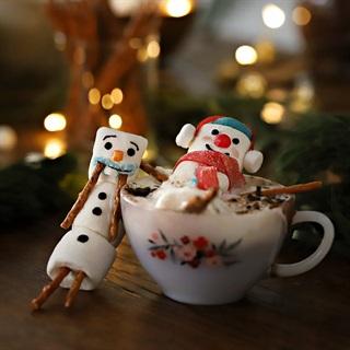 Cách làm chocolate nóng và người tuyết marshmallow
