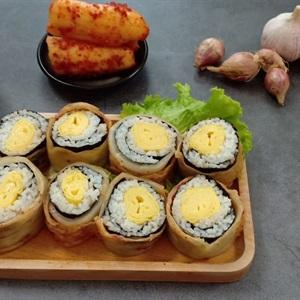 Cơm cuộn trứng bọc kimchi