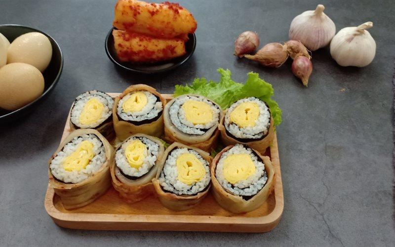 Cách làm Cơm cuộn trứng bọc kimchi