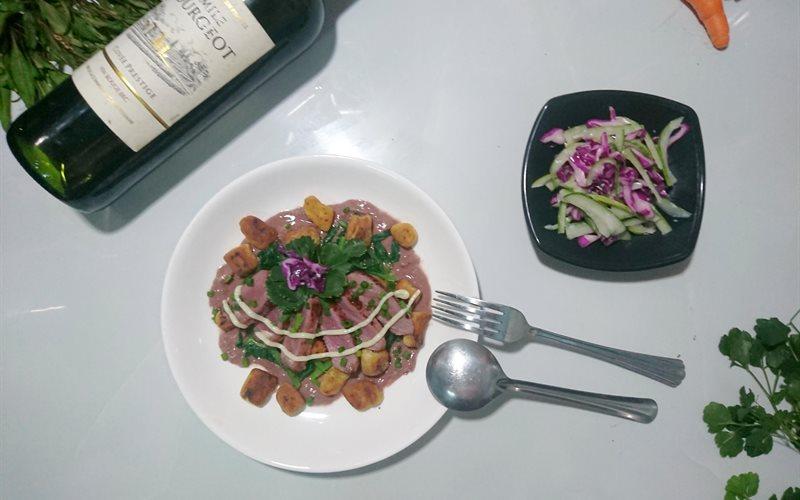 Cách làm Gnocchi bò sốt vang ăn kèm với salad bắp cải