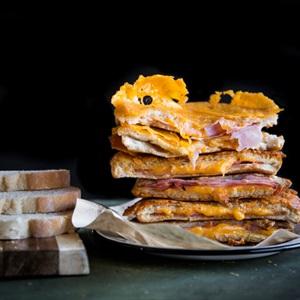Bánh mì phô mai thịt nguội nướng bằng chảo