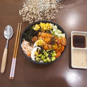 Poké salad cơm Nhật cá hồi sống