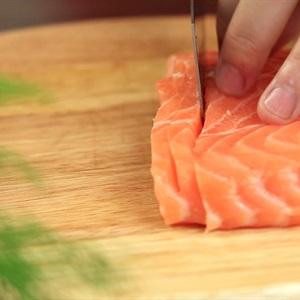 """Cá hồi cuộn cơm chiên <a href=""""https://www.rongbienhanquoc.net/san-pham.html"""" _fcksavedurl=""""https://www.rongbienhanquoc.net/san-pham.html"""">rong biển</a>"""