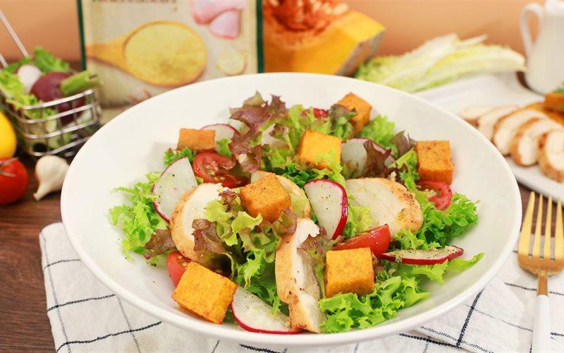 Cách làm Salad Ức Gà Bí Đỏ Nướng thanh lọc cơ thể sau Tết