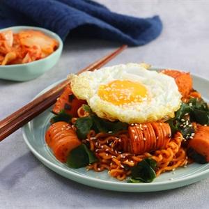 Mì Hàn Quốc xào rong biển xúc xích