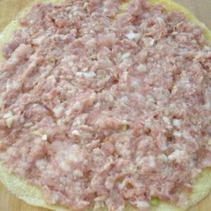 """Trứng cuộn <a href=""""https://www.rongbienhanquoc.net/san-pham.html"""" _fcksavedurl=""""https://www.rongbienhanquoc.net/san-pham.html"""">rong biển</a> thịt hấp"""