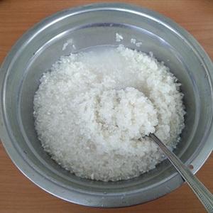 """Cơm bí đỏ cuộn <a href=""""https://www.rongbienhanquoc.net/san-pham.html"""">rong biển</a>"""