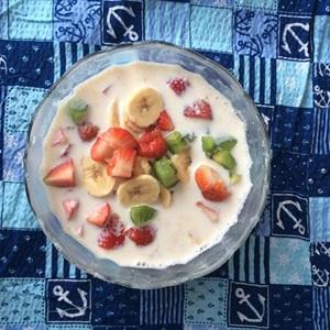 Yến mạch trộn sữa và trái cây tươi